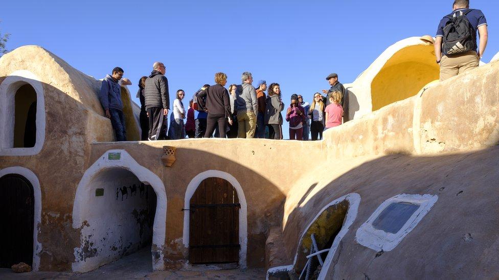 Turistas en Ksar Haddada en Tunisia donde se filmó parte de la saga