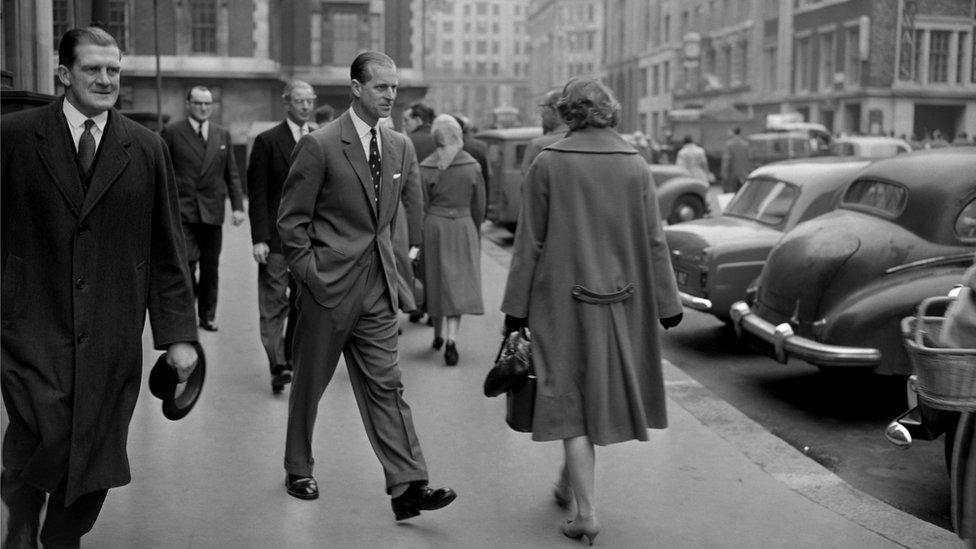 الأمير فيليب في زيارة مفاجئة لأحد الأسواق عام 1960