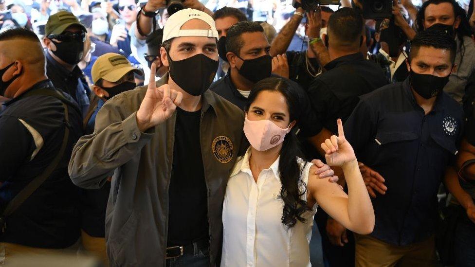 Bukele tras votar junto a su esposa, Gabriela Rodríguez.