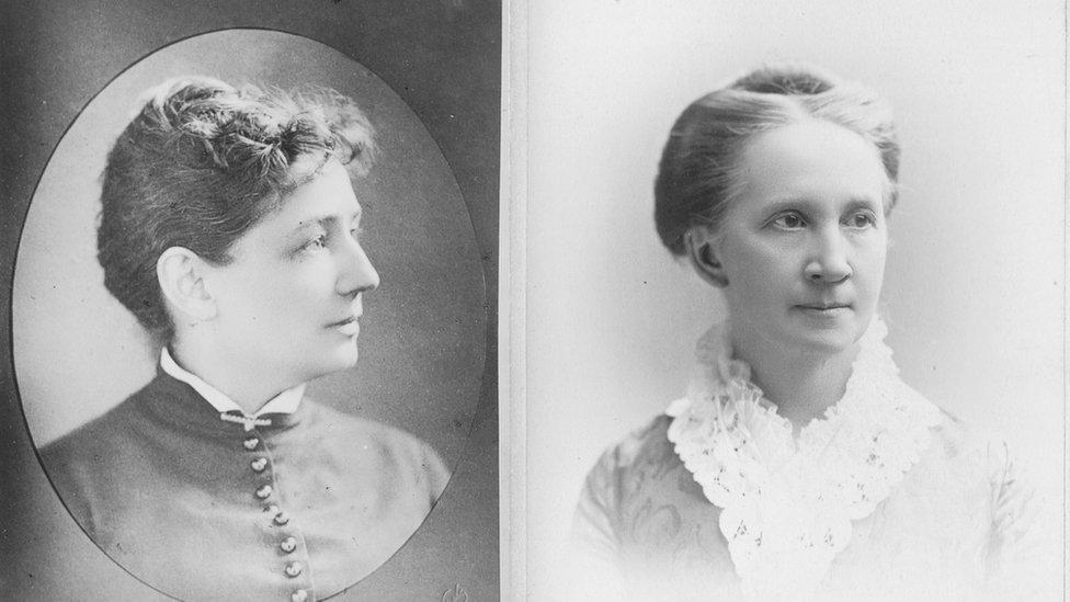 維多利亞 ·伍德霍爾 (Victoria Woodhull,左)和貝芙拉·洛克伍德