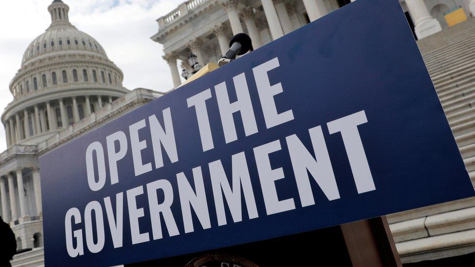 Cartel pidiendo que se abra el gobierno
