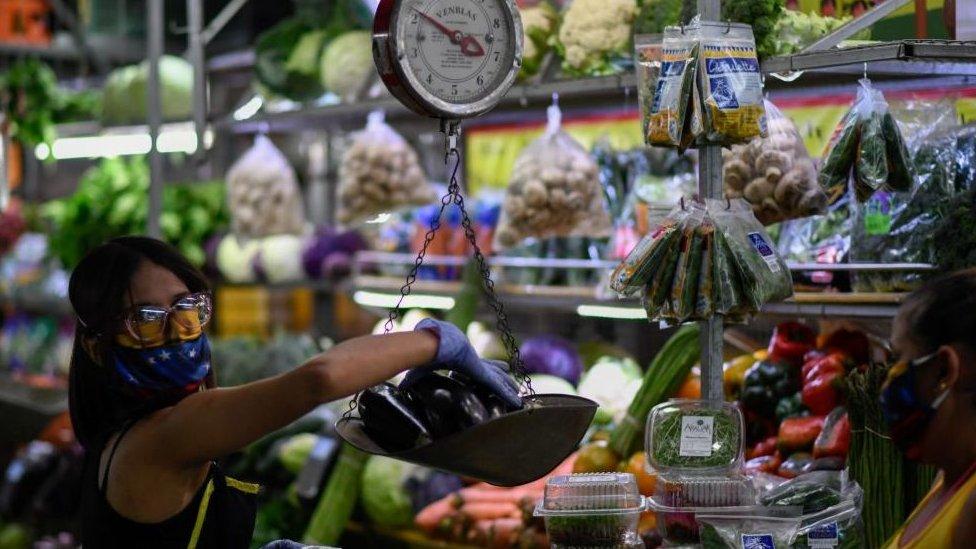 Una mujer pesando vegetales (foto genérica)