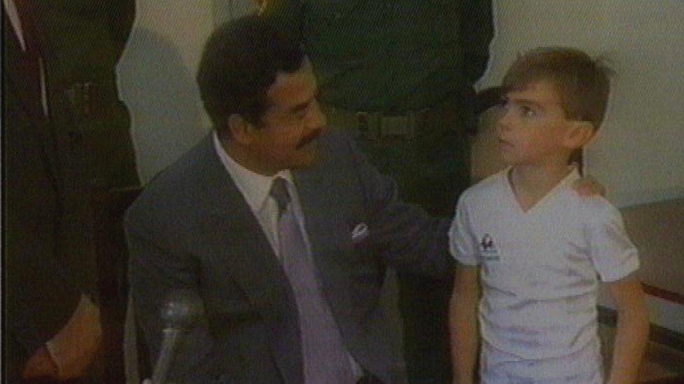 صور الطفل ستيوارت لوكوود (خمس سنوات) مع صدام حسين الذي اراد أن يظهر أن الرهائن يعاملون بشكل جيد