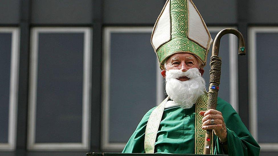 Hombre disfrazado del obispo San Patricio.
