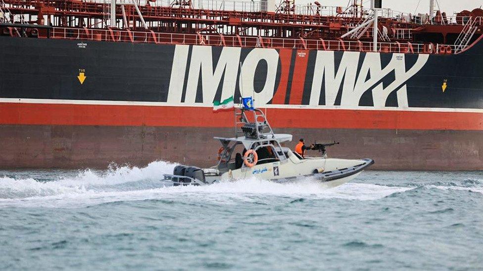 Penjaga Iran berpatroli di Stena Impero yang berlabuh di pelabuhan Bandar Abbas.