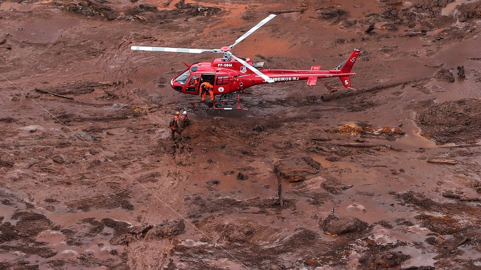 Rescue teams used helicopters to search for the missing in Brumadinho, Minas Gerais