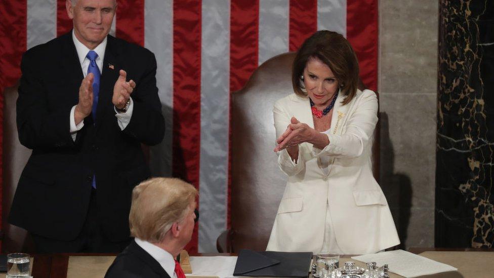 """نانسي بيلوسي تصفق للرئيس ترامب خلال إلقاء كلمة """"حالة الاتحاد"""""""