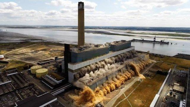 Demolition of the Kingsnorth Power Station turbine hall