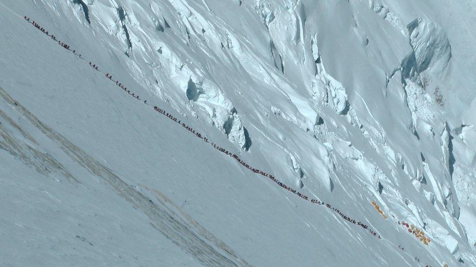 Una cola de escaladores en el Everest.