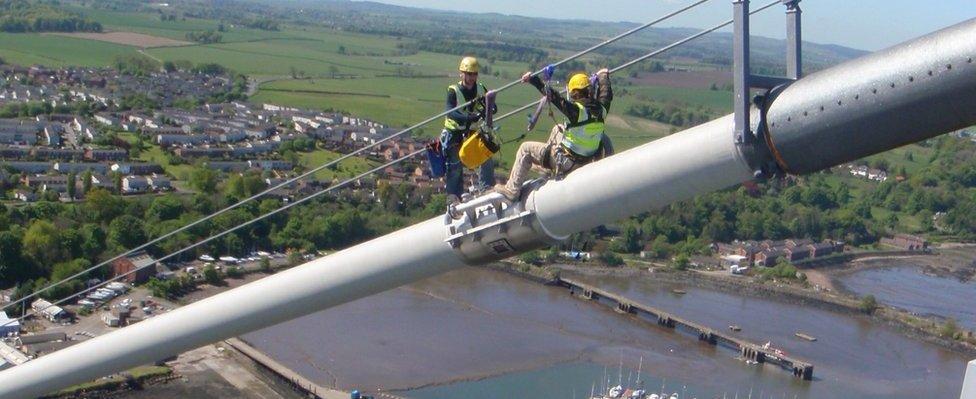 Técnicos trabajando en el puente Forth Road