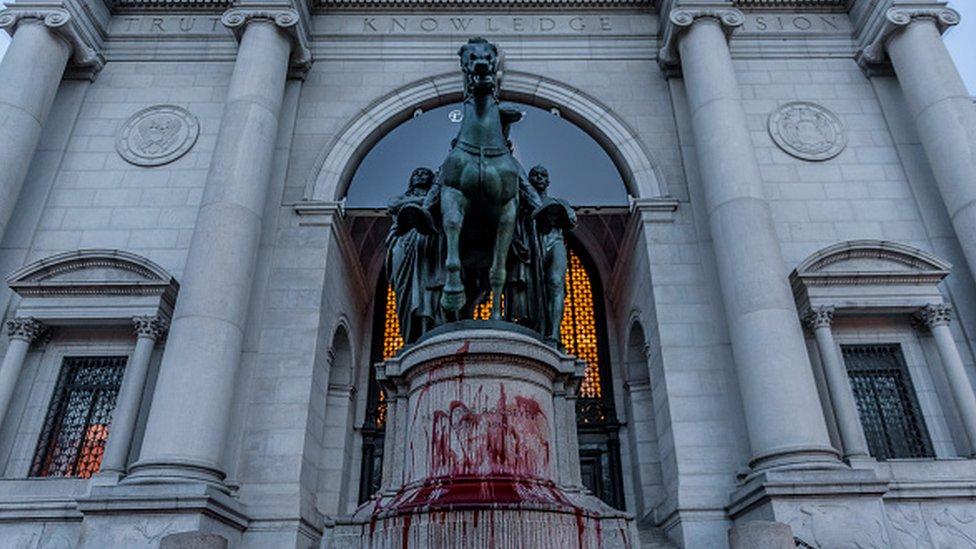 New York'ta Doğa Tarihi Müzesi önündeki Roosevelt heykeli kaldırılıyor