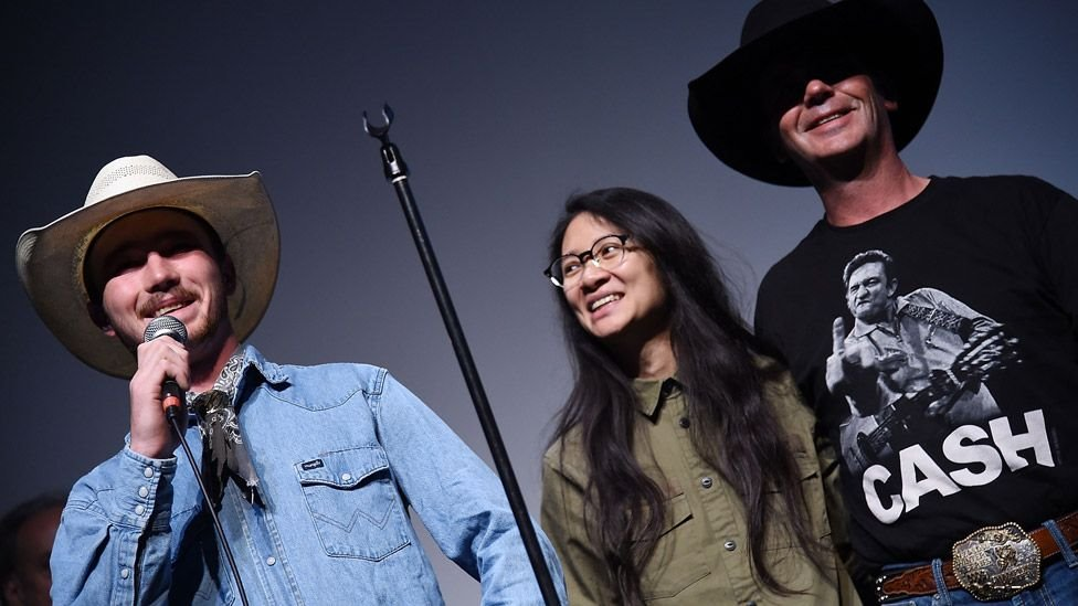 Zhao, ikinci filmi The Rider'da hikayesi anlatılan rodeocu Brady ve oyuncu Tim Jandreau ile