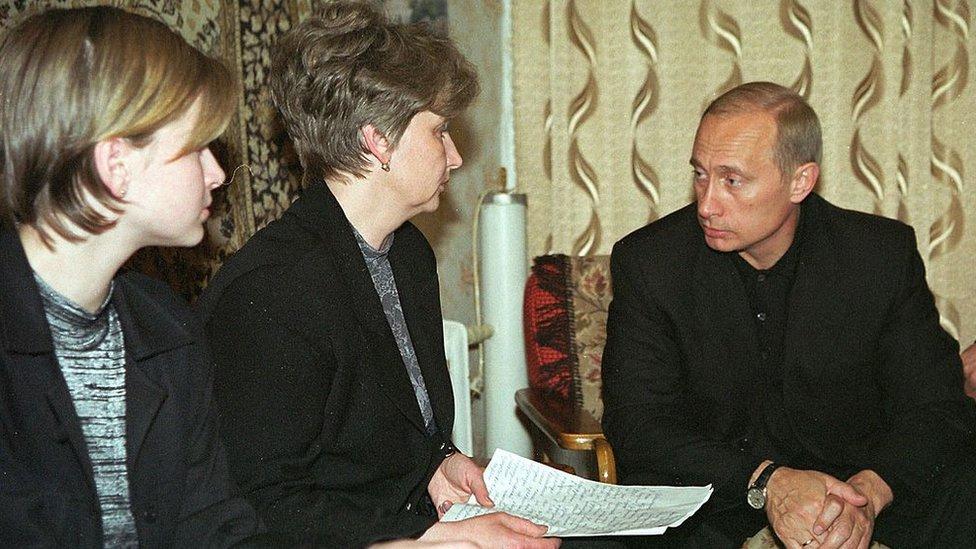 Putin junto a familiares de las víctimas del Kursk.