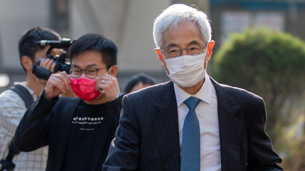 李柱銘(右)抵達西九龍法院大樓(16/2/2021)