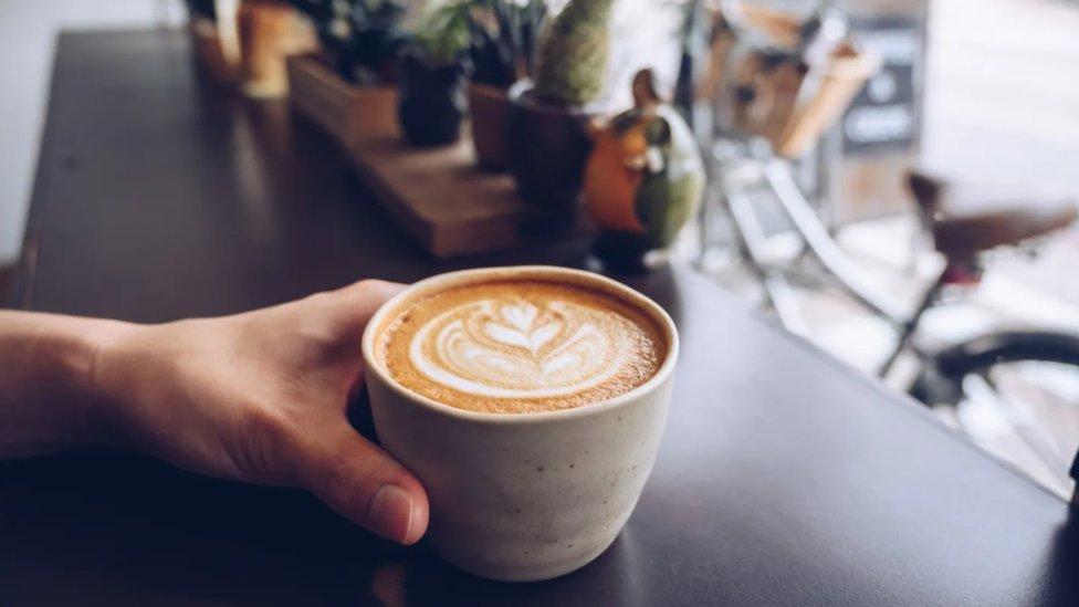 Uprkos opštem verovanju, čaj i kafa mogu da vam pomognu da budete hidrirani po vrelim danima