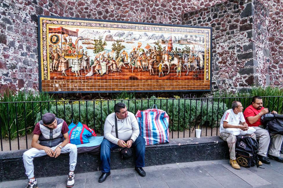 Un mosaico que muestra el encuentro entre Moctezuma y Cortés, fuera del Templo del Hospital de Jesús Nazareno, en Ciudad de México, donde descansan los restos del conquistador español.