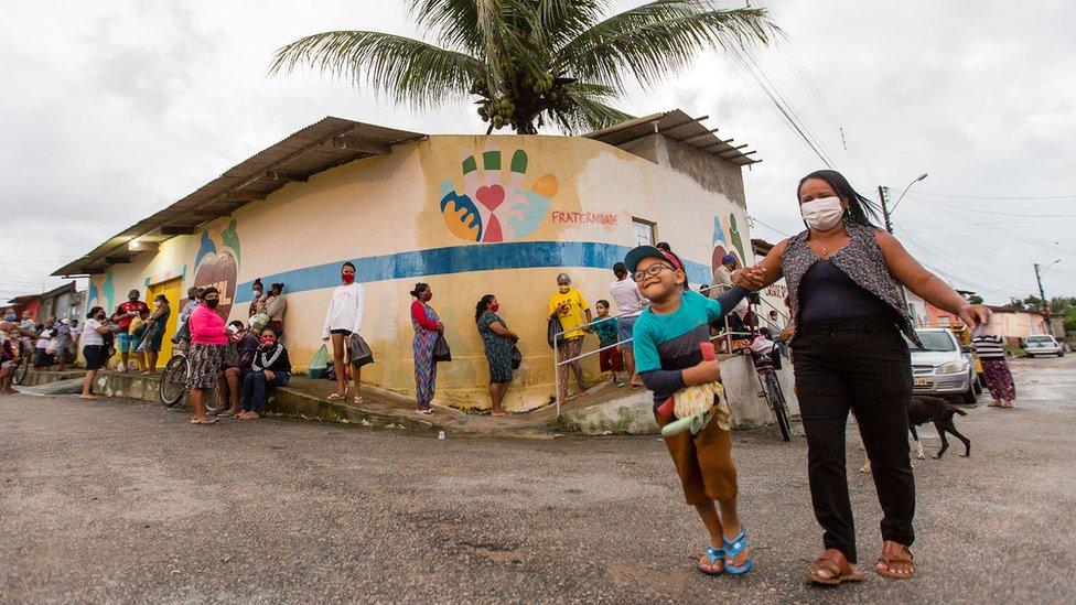 Todos os dias os moradores fazem fila do lado de fora do refeitório de Maceió, administrado por Alessandra e os outros cuidadores