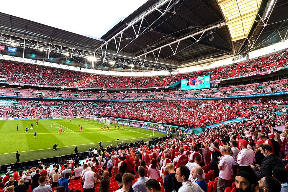 Torcedores assistem ao aquecimento antes do jogo da semifinal da Euro entre a Inglaterra e a Dinamarca, no Estádio de Wembley