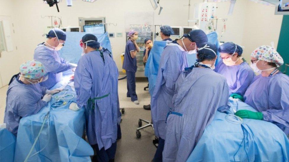 Hirurzi za operacionim stolovima u dečijoj bolnici Melburn Rojal.