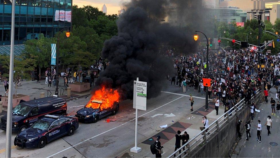 سيارة شرطة تحترق في ولاية جورجيا أثناء احتجاجات