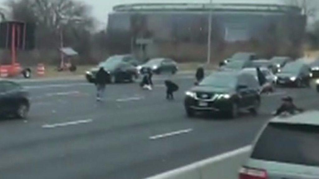 Money spill on US highway sparks cash grab