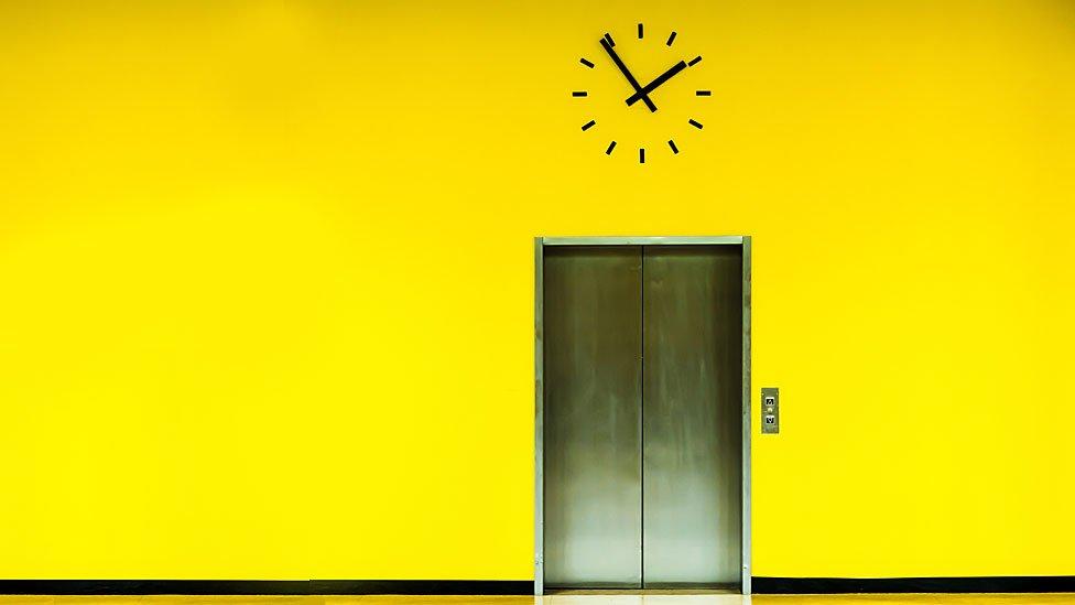 Ascensor en pared amarilla
