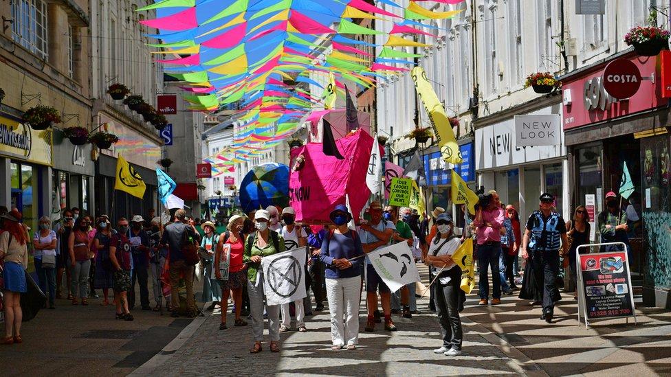會場附近的弗茅斯鎮上也有環保組織XR舉行抗議遊行