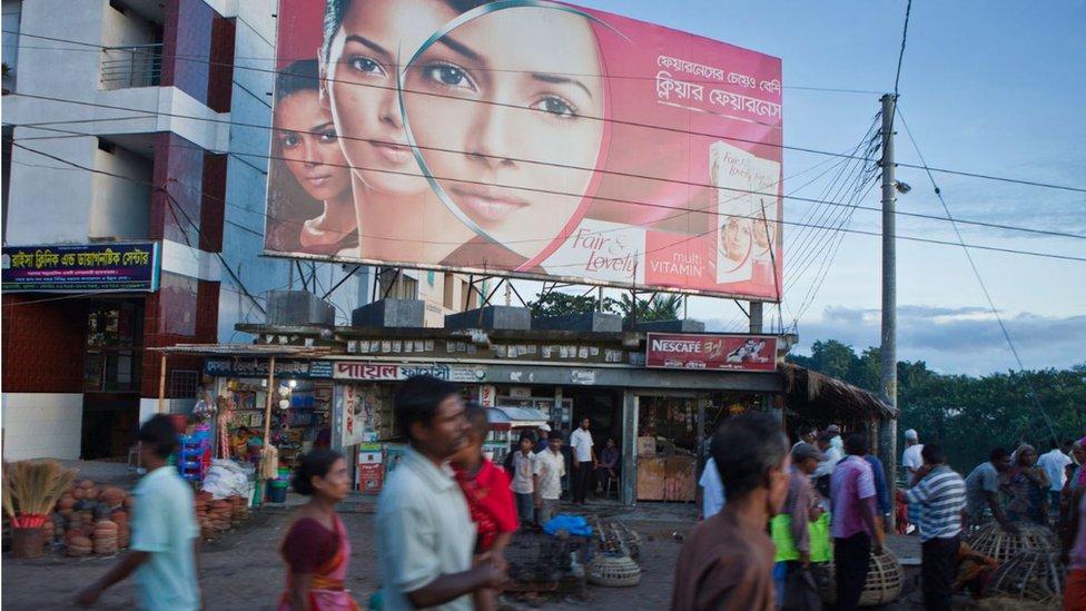 Una gran valla promociona una crema blanqueadora en Jessore, Bangladesh