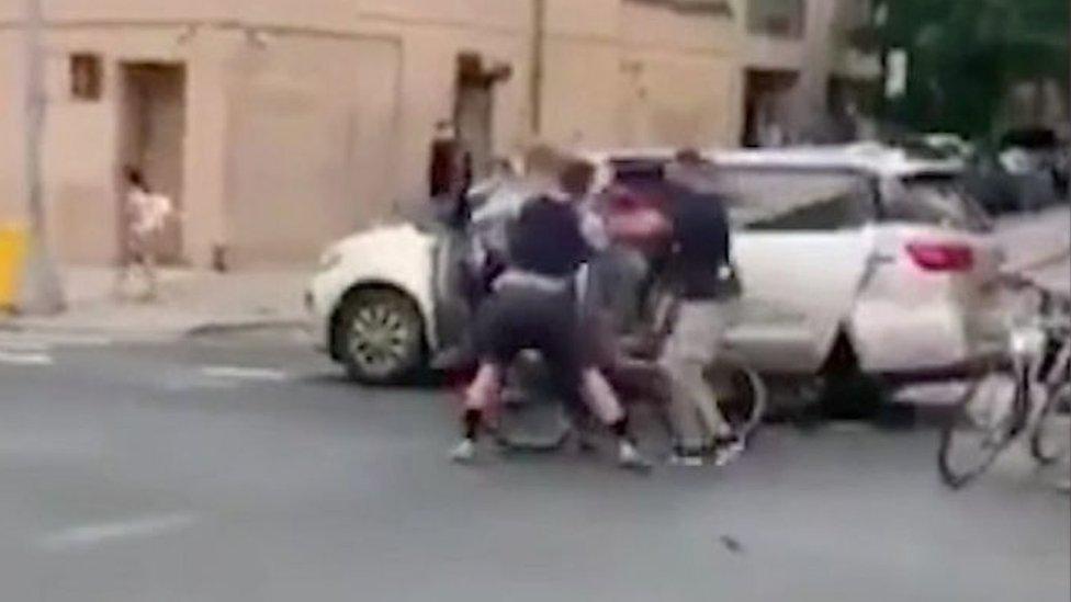 شرطة بزي مدني يعتقلون الشابة نيكي يضعونها في شاحنة مجهولة، كما ظهر في مقطع الفيديو من نيويورك