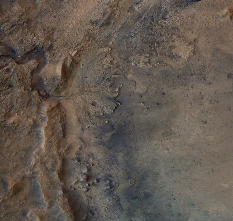 Cauce seco de un río en el cráter Jezero
