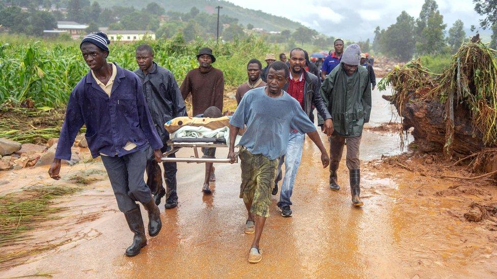 Población civil rescatando a heridos y víctimas en Zimbabue.