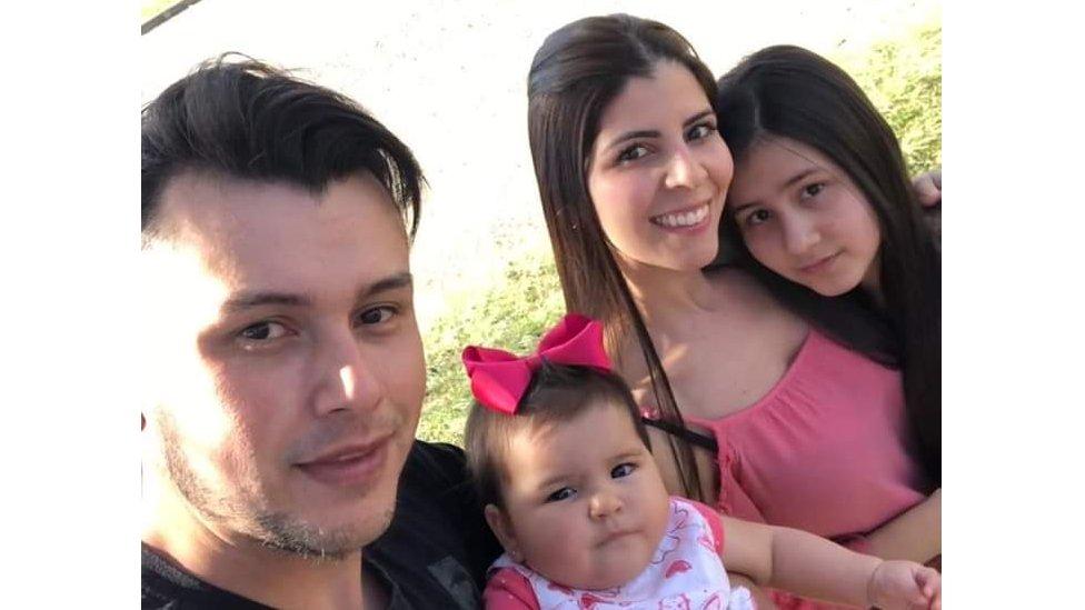 Gabriel posa para selfie com a filha caçula no colo, a esposa Ana Claudia ao lado e a filha mais velha na ponta
