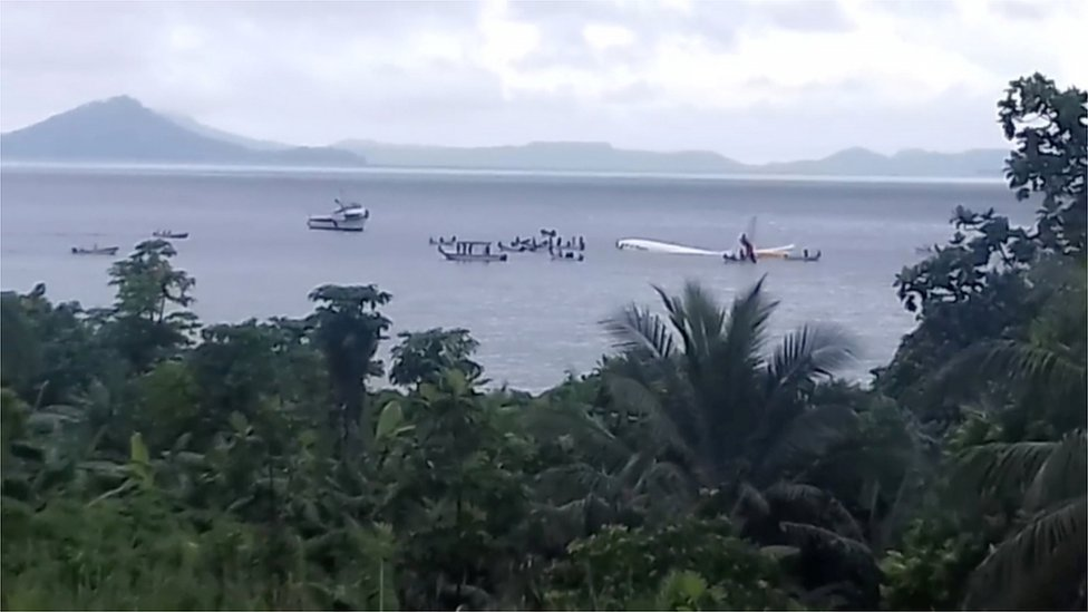 Avión de Air Niugini en el agua, en Micronesia