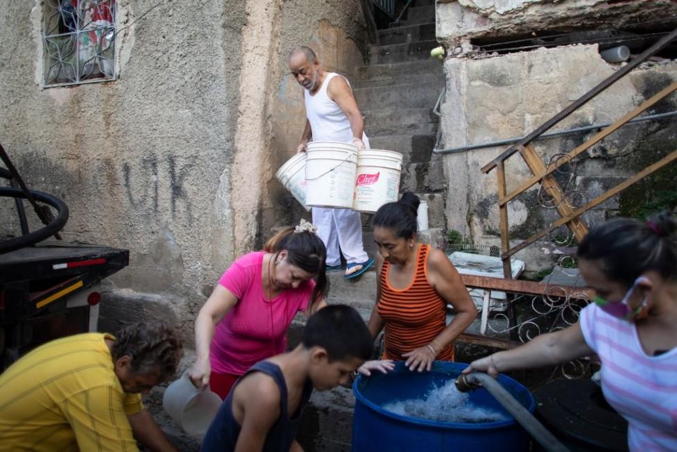 Personas con recipientes de agua