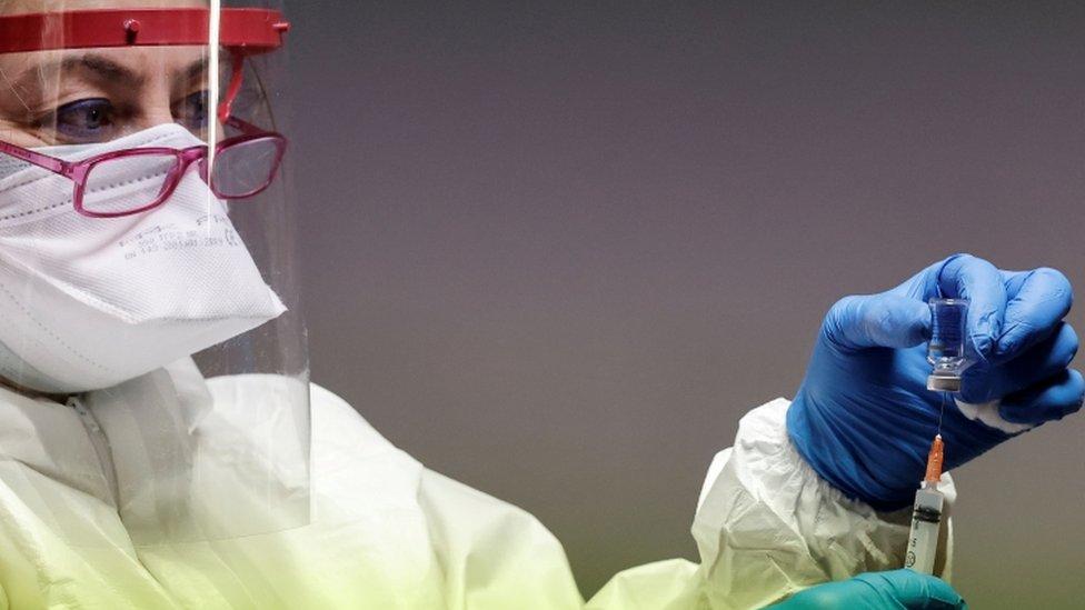 Una enfermera prepara una dosis de la vacuna CoronaVac, de Sinovac en Ankara, Turquía.