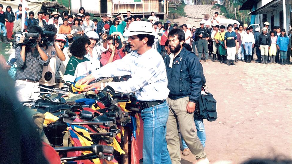 Carlos Pizarro entrega las armas