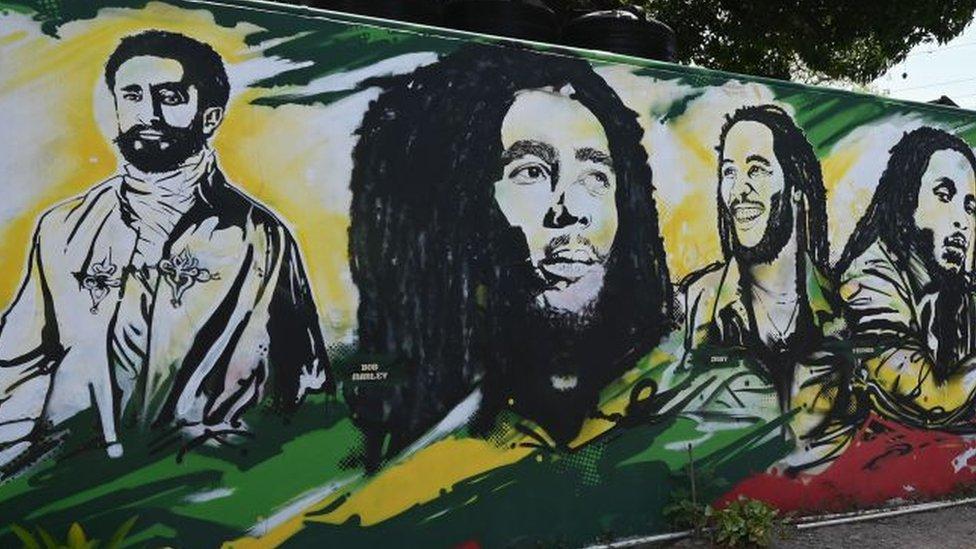 Un mural que muestra a Haile Selassie y a Bob Marley