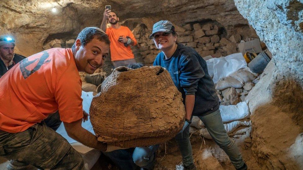 Canasta encontrada en la Cueva del Horror.
