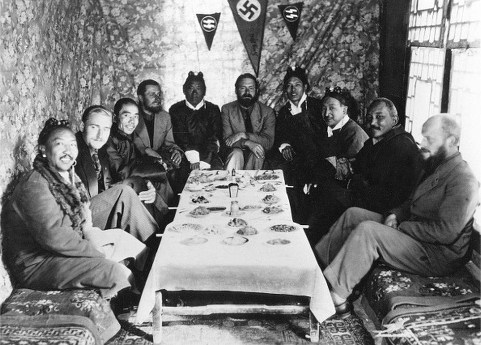 chaefer, Ernst *1912-1992+Zoólogo, Jefe de la SS-Tibet-expedición, 'SS-Científico' nombrado Sturmführer honorario en 1934.- con tibetanos en un banquete en Lhasa, 1939.en el centro E.Schaefer, a su lado (l) Tsarong Dzasa, 2º desde la izquierda Bruno Beger, 4º desde la izquierda Edmund Geer (ambos antropólogos), a la derecha Karl Wienert junto al Möndro tibetano.