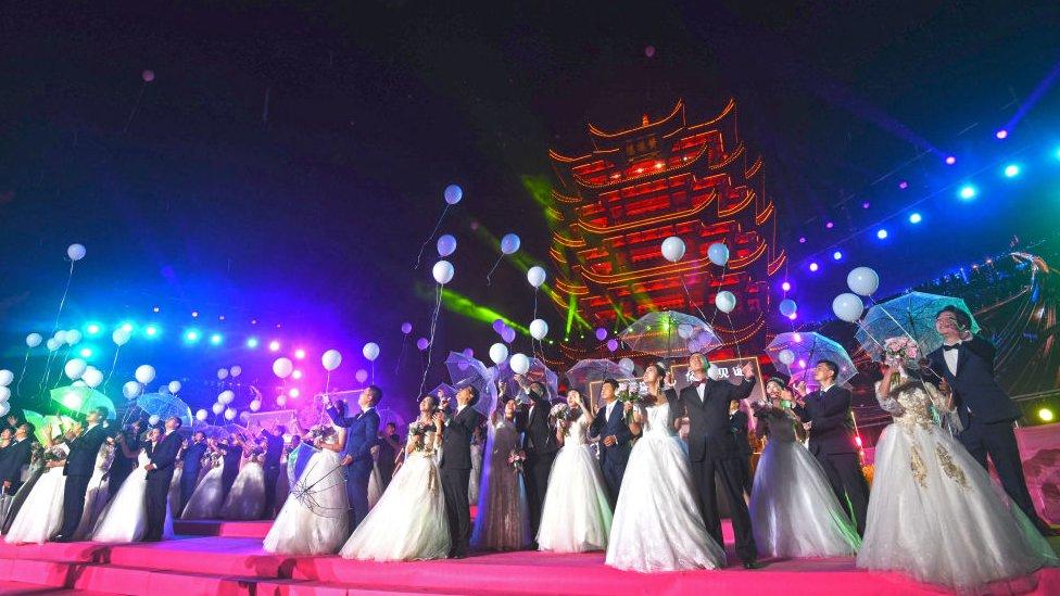 Casamento coletivo em Wuhan
