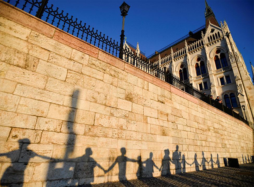 ظل أشخاص حول البرلمان في بودابست