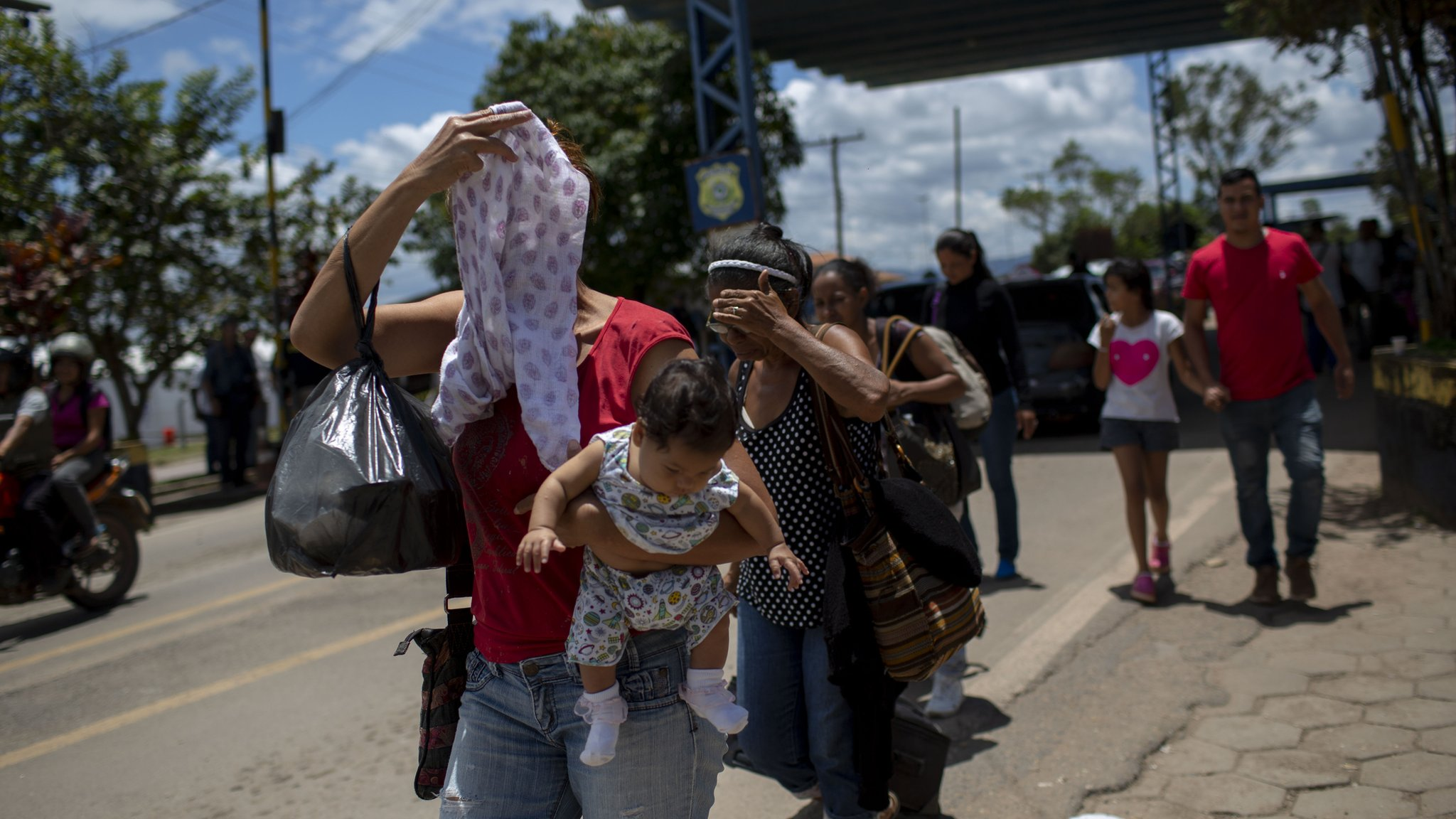 Venezuela crisis: More migrants cross into Brazil despite attacks