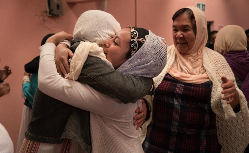 Mujeres chamulas musulmanas se abrazan en la celebracion del fin del Ramadan.