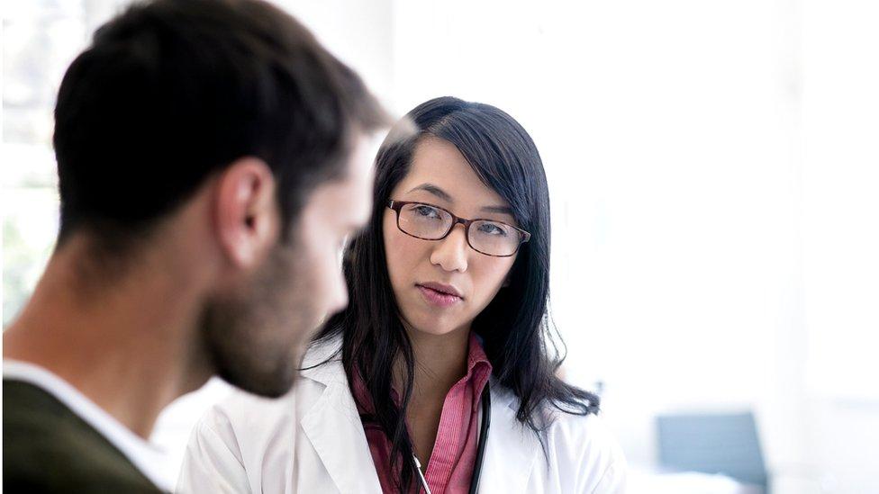 Doctora joven con paciente joven.