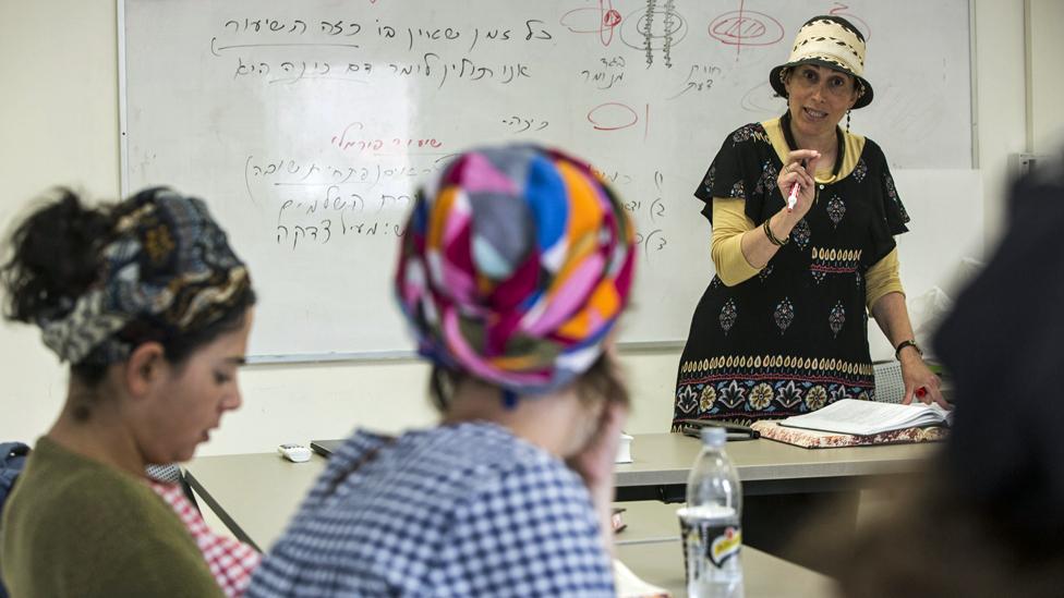 Shani Taragin durante una clase en el Instituto de Mujeres de Estudios del Tora en Raanana, Israel, 30 de abril de 2019. (Foto: Heidi Levine para la BBC)