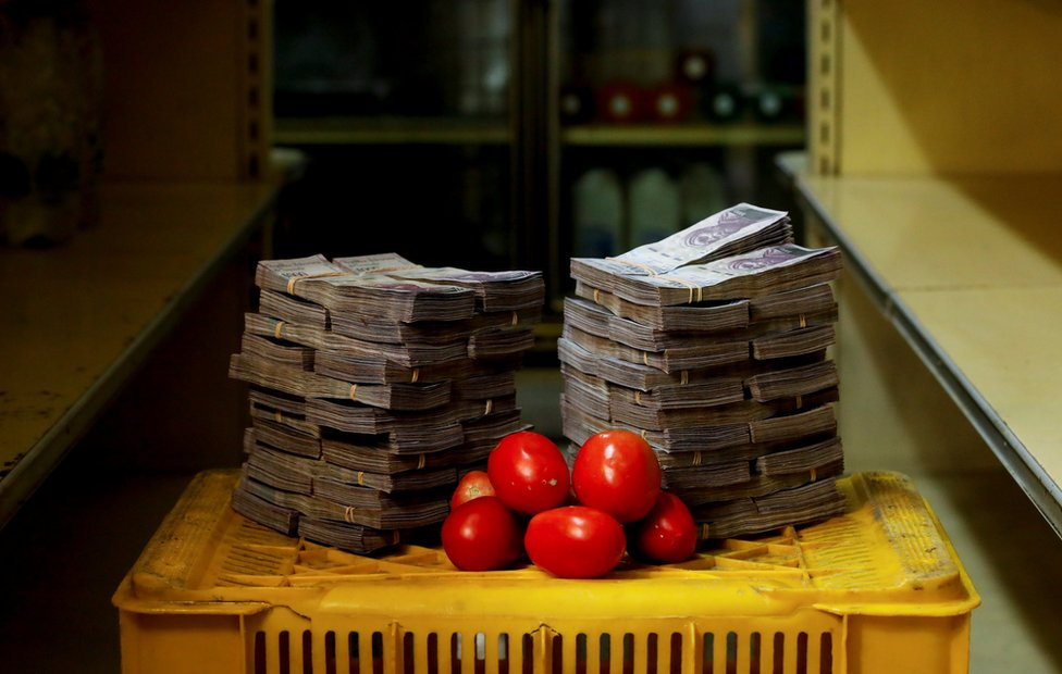A kilogram of tomatoes next to 5,000,000 bolivars