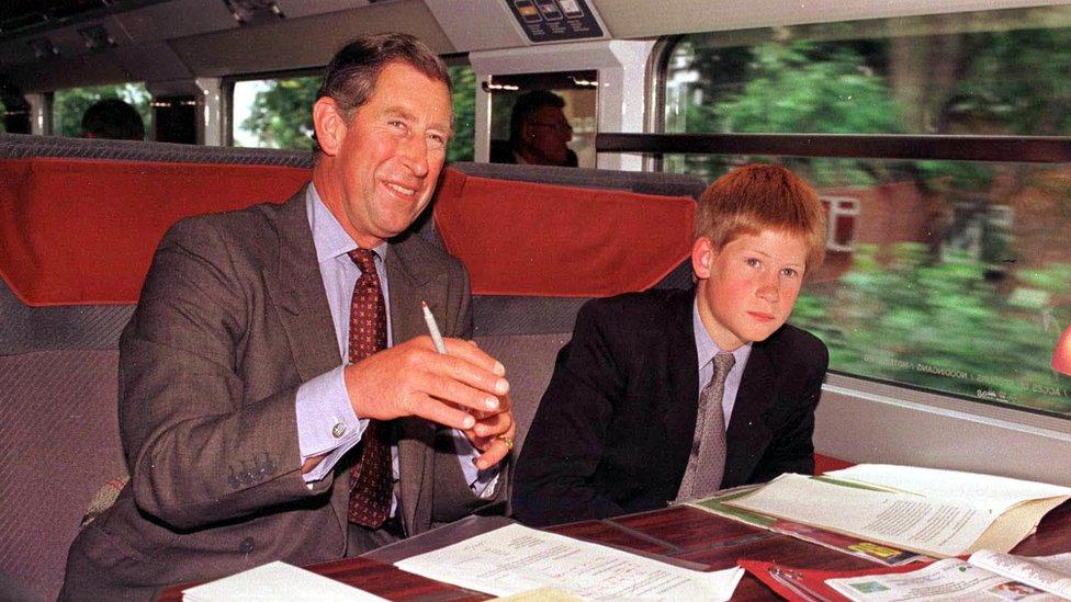 1998年,查爾斯王儲和兒子哈里王子搭歐洲之星去巴黎看世界杯足球賽中英格蘭對哥倫比亞那場比賽