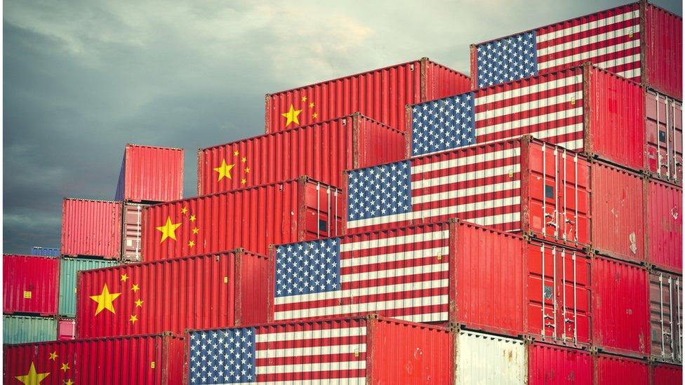 ontejneri na brodu sa kineskim i američim zastavama