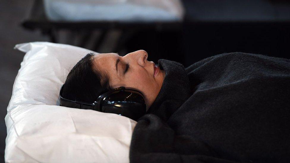 """Marina Abramovic tumbada en una cama durante la presentación a la prensa de """"Marina Abramovic: In Residence"""", en Sídney, el 23 de junio de 2015."""