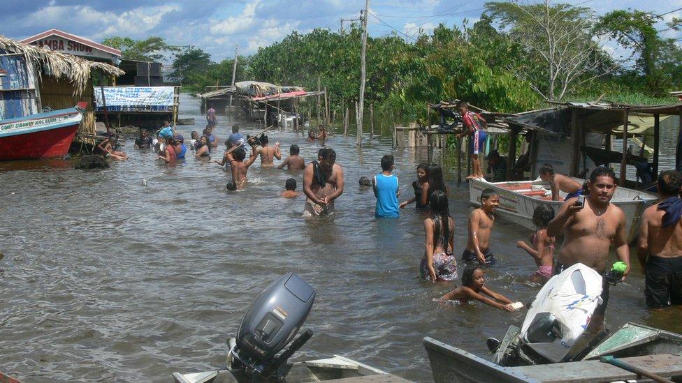 Gente en un barrio inundado en la ciudad de Itacoatiara en 2009